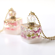 Thumb flower cube necklace310